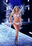 th_75267_celebrity_city_Victoria_Secrets_Models_Show_278_123_558lo.jpg