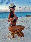 [IMG]http://img159.imagevenue.com/loc572/th_508640654_tduid300077_Joanna_Golabek_vacanze_2015_0016_122_572lo.jpg[/IMG]